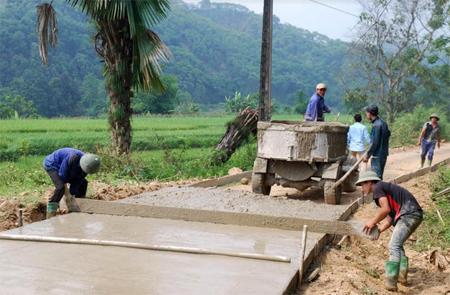 Nhân dân xã Việt Thành, huyện Trấn Yên tham gia bê tông hóa đường giao thông nông thôn.