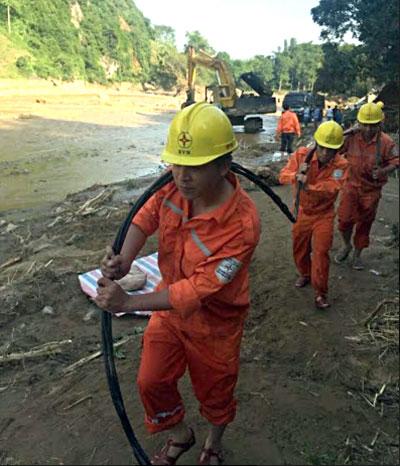 Công nhân Điện lực Yên Bái xử lý sự cố đường dây tải điện trong vùng bị thiệt hại do mưa lũ.