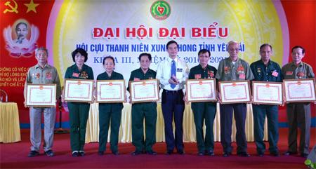 Đồng chí Dương Văn Tiến - Phó Chủ tịch UBND tỉnh tặng Bằng khen của UBND tỉnh cho các cá nhân và tập thể có thành tích xuất sắc trong các phong trào Hội.