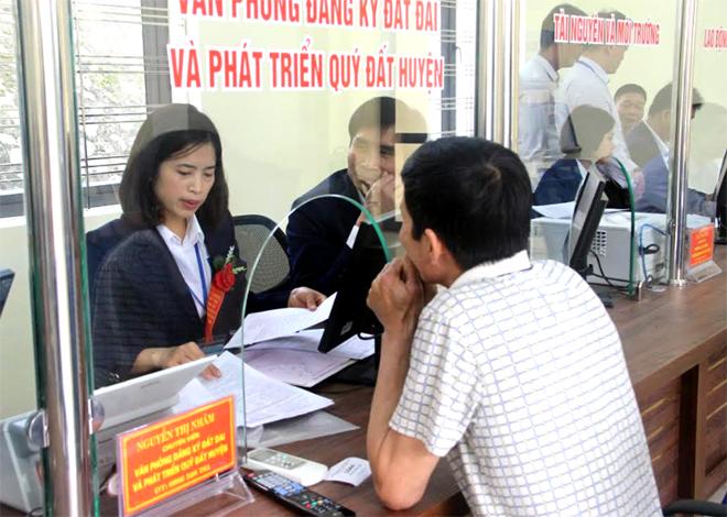 Cán bộ Bộ phận Phục vụ hành chính công huyện Yên Bình giải quyết công việc cho người dân.