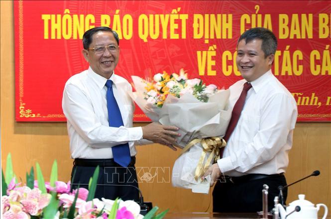 Đồng chí Nguyễn Thanh Sơn, Phó Chủ nhiệm Ủy Ban Kiểm tra Trung ương tặng hoa cho đồng chí Trần Tiến Hưng.