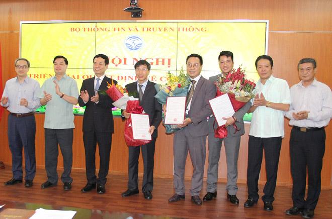 Lãnh đạo Bộ Thông tin và Truyền thông, Ban Tuyên giáo Trung ương chúc mừng các cán bộ được bổ nhiệm chức vụ mới.