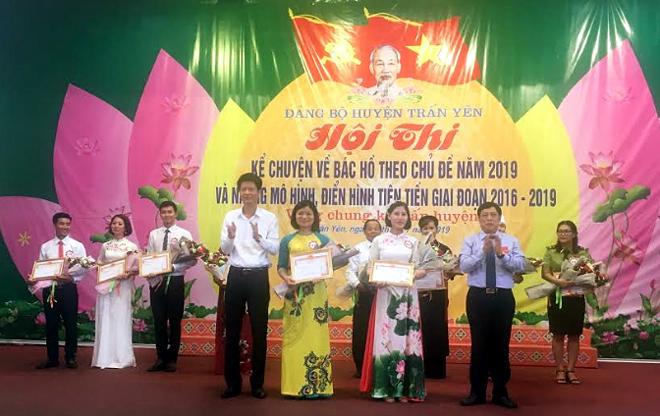 Lãnh đạo huyện Trấn Yên trao giải Nhất, Nhì cho các thí sinh