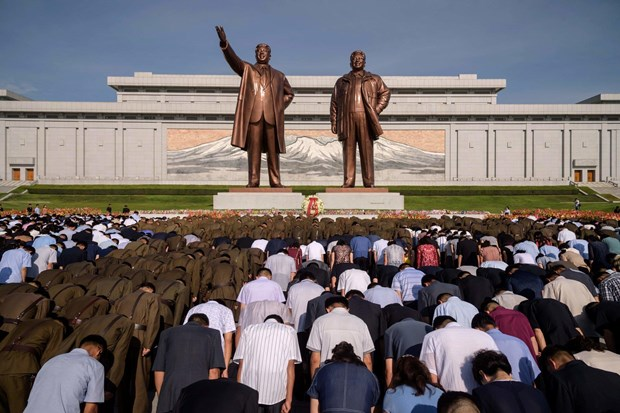 Người dân Triều Tiên viếng tượng đài hai nhà lãnh đạo Kim Nhật Thành và Kim Jong-il ở Bình Nhưỡng.