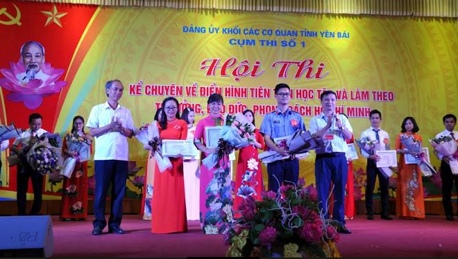 Ban tổ chức trao giải Ba cho thí sinh xuất sắc tại Hội thi.