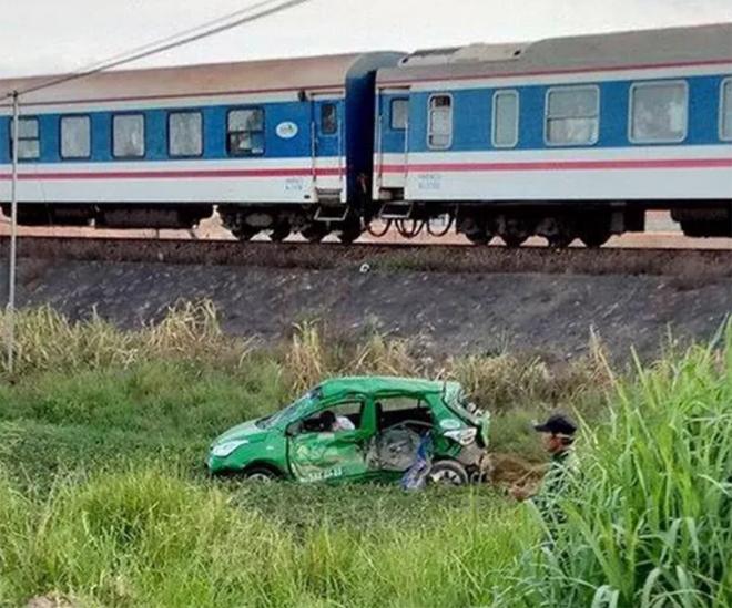 Hiện trường vụ tai nạn tàu hỏa đâm taxi.
