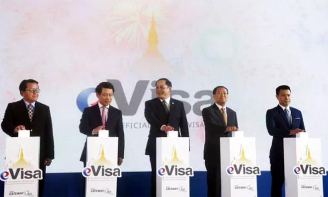 Phó Thủ tướng Lào Sonexay Siphandone (giữa) tại Lễ công bố áp dụng thị thực điện tử tại Lào chiều 9/7.