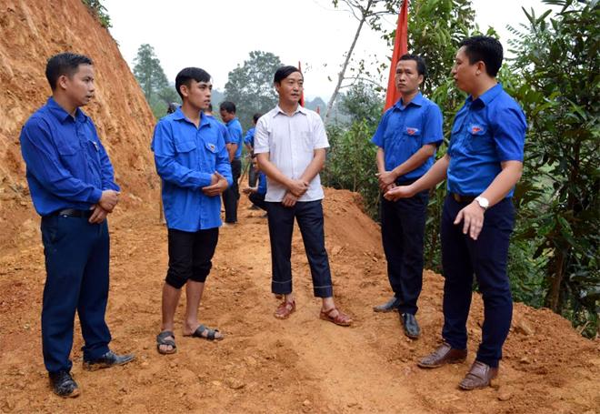 Đoàn viên Đoàn Văn Hòa (thứ 2, bên trái) trao đổi với cán bộ Huyện đoàn và lãnh đạo xã Hoàng Thắng trong ngày hiến đất mở đường.