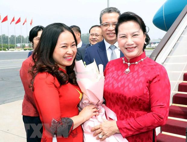 Các cán bộ, nhân viên Đại sứ quán Việt Nam và cộng đồng người Việt Nam tại Trung Quốc đón Chủ tịch Quốc hội Nguyễn Thị Kim Ngân tại sân bay quốc tế Bắc Kinh.