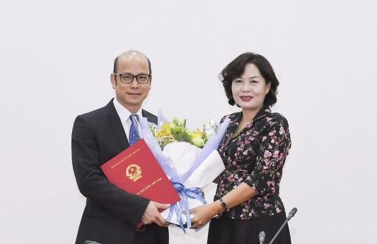 Phó Thống đốc Nguyễn Thị Hồng trao quyết định và chúc mừng đồng chí Bùi Huy Thọ.