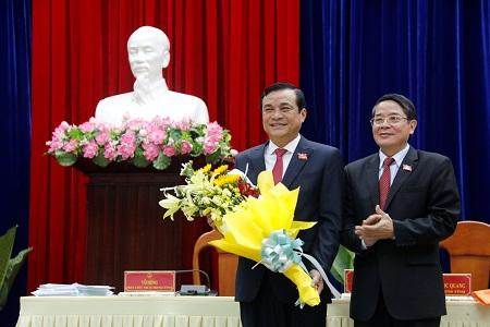 Ông Phan Việt Cường, Bí thư Tỉnh ủy (bên trái) Quảng Nam được bầu kiêm nhiệm chức vụ Chủ tịch HĐND tỉnh, nhiệm kỳ 2016-2021