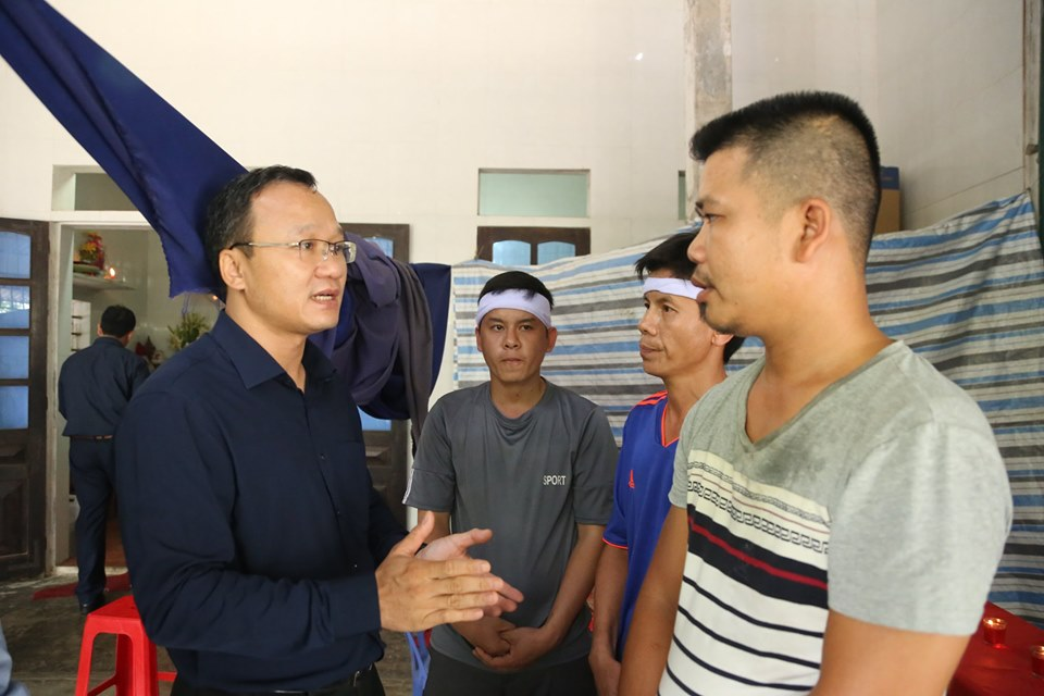 Ông Khuất Việt Hùng thăm hỏi, động viên gia đình các nạn nhân.
