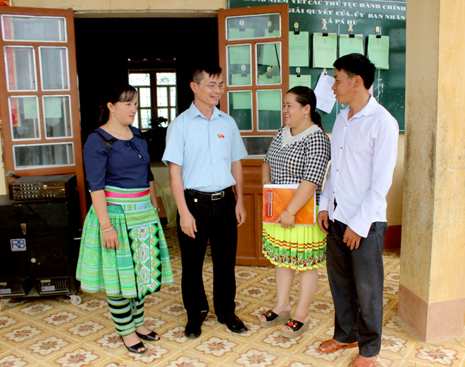 Lãnh đạo huyện Trạm Tấu trao đổi với đại biểu HĐND xã Pá Hu về tình hình phát triển kinh tế xã hội tại địa phương