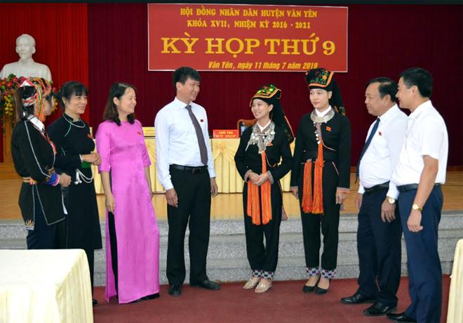 Đại biểu HĐND huyện Văn Yên trao đổi các nội dung bên lề kỳ họp.