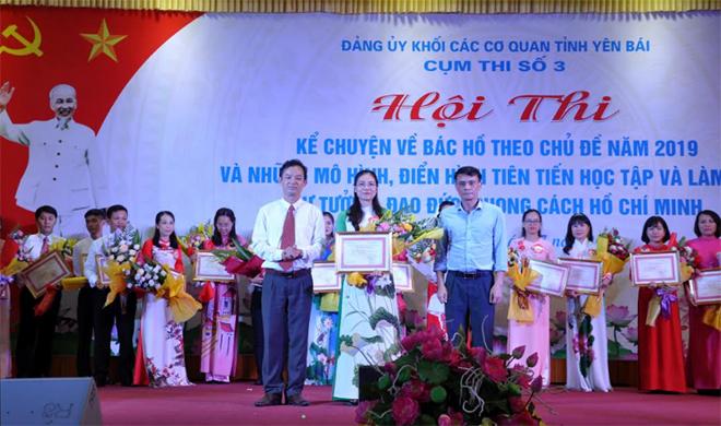 Ban tổ chức trao giải Nhất cho thí sinh Đặng Thị Loan – Đảng bộ Trường Cao đẳng Văn hóa – Nghệ thuật và Du lịch tỉnh.