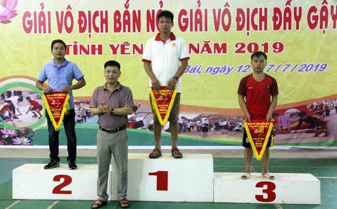 Ban tổ chức trao giải cho đội có thành tích xuất sắc nội dung nam đứng bắn môn bắn nỏ.