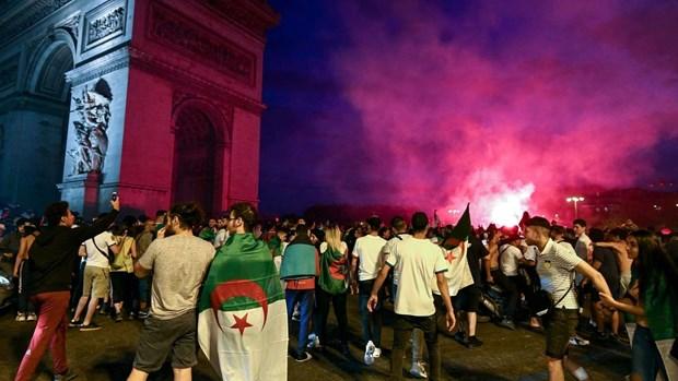 Người hâm mộ Algeria đổ ra đường ăn mực sau chiến thắng.