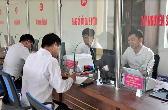 Người dân đến liên hệ giải quyết TTHC tại BPPVHCC huyện Trạm Tấu.