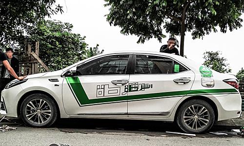 Một mẫu sedan dán decal phong cách cảnh sát Dubai tại Hà Nội.