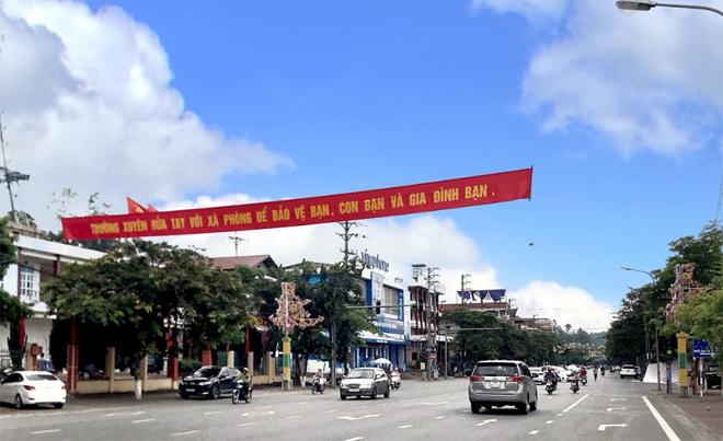 """Đinh Tiên Hoàng là một trong những tuyến đường được lựa chọn là """"Tuyến đường điểm sáng, xanh, sạch, đẹp"""" của thành phố Yên Bái."""