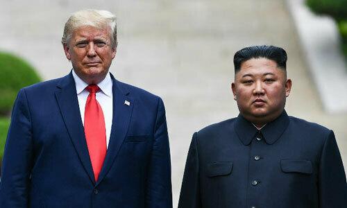 Trump (trái) và Kim Jong-un tại biên giới Hàn - Triều ngày 30/6.