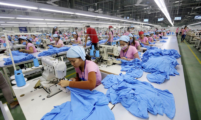 Dây chuyền sản xuất hàng may mặc xuất khẩu tại khu công nghiệp Tam Thăng (Quảng Nam).