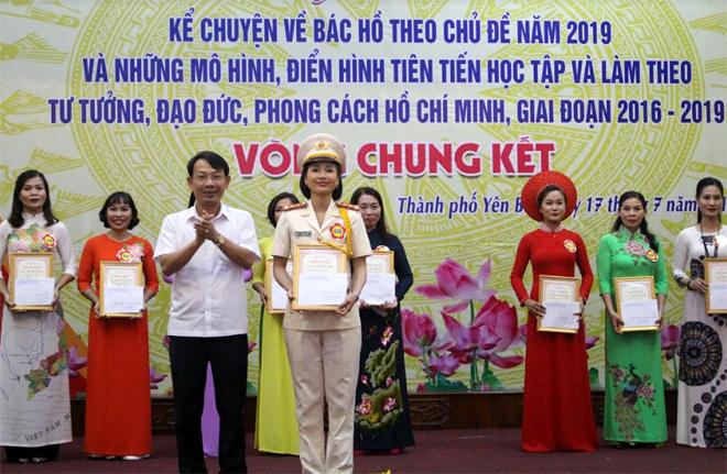 Ban tổ chức trao giải Nhất cho thí sinh Khuất Thị Thu Hằng đến từ Đảng bộ Công an thà nh phố.