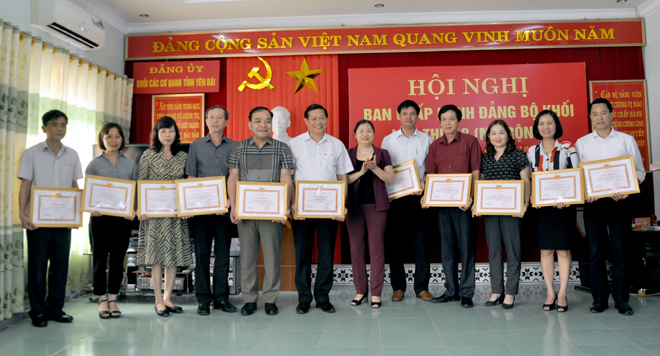 Đảng ủy Khối các cơ quan tỉnh tuyên dương, khen thưởng các tập thể và cá nhân có thành tích xuất sắc trong chỉ đạo, tổ chức các hội thi năm 2019.