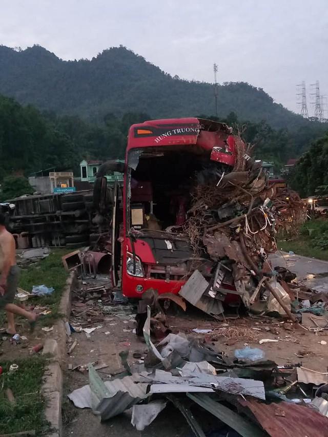 Hiện trường vụ tai nạn giao thông thảm khốc ở Hòa Bình.