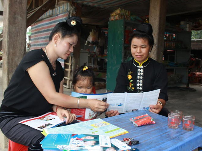 Cán bộ dân số xã Phúc Sơn (Văn Chấn) tuyên truyền chính sách dân số - kế hoạch hóa gia đình cho phụ nữ.