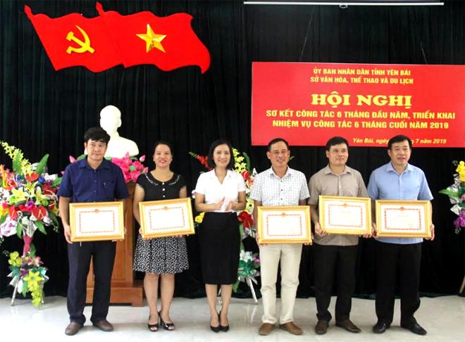 Thừa ủy quyền, lãnh đạo Sở Văn hóa – Thể thao và Du lịch tặng bằng khen của UBND tỉnh cho các tập thể có thành tích xuất sắc phong trào thi đua yêu nước năm 2018.