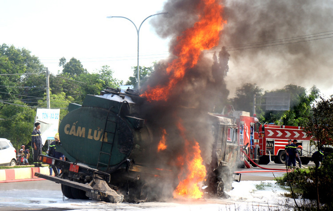 Xe bồn bị tông móp, thủng và bốc cháy.