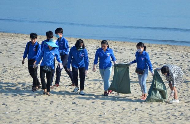 Các đoàn viên, thanh niên đang tích cực dọn rác ở bãi biển trong chiến dịch Hãy làm sạch biển năm 2019.