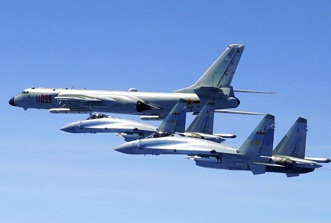 Hai chiếc Su-35 và một máy bay ném bom H-6K của Trung Quốc bay gần Đài Loan