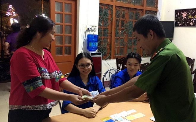 Công an Phường Đồng Tâm, thành phố Yên Bái trao trả tài sản cho người đánh mất, chị Phạm Thị Thu Hiền.