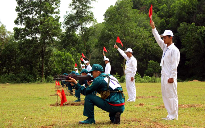 Các VĐV thi đấu môn bắn súng.
