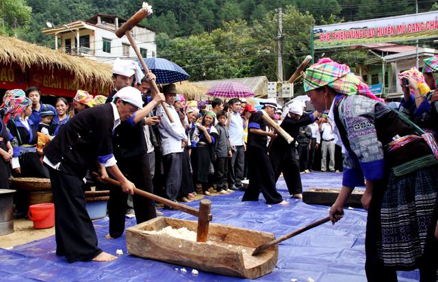 Thi giã bánh dày trong lễ hội xuân của người Mông (Ảnh: Văn Tuấn)