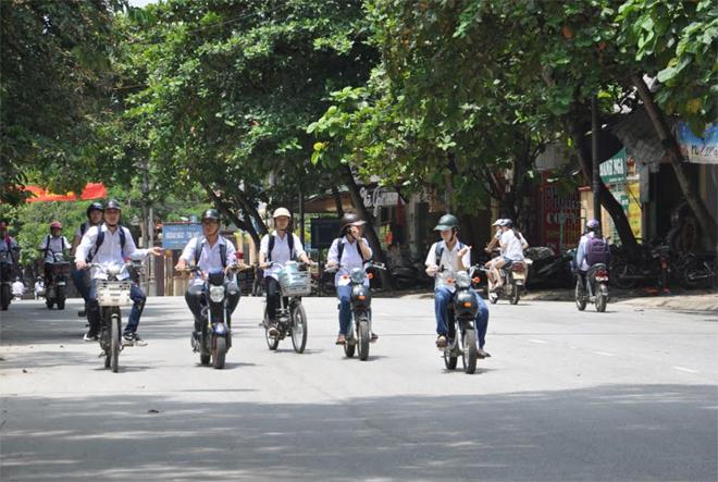 Tình trạng học sinh đi xe đạp điện, xe máy điện dàn hàng ngang trên đường diễn ra khá phổ biến.