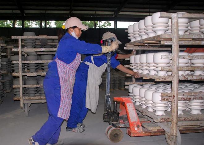 Công nhân Công ty cổ phần Sứ kỹ thuật Hoàng Liên Sơn đưa sản phẩm vào lò nung.