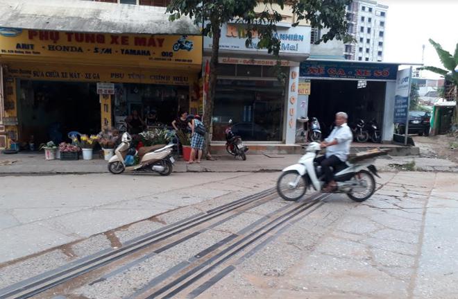 Đoạn đường ray cắt ngang đường Hoàng Hoa Thám gây khó khăn cho người tham gia giao thông.