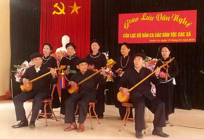 Câu lạc bộ Dân ca các dân tộc xã Xuân Lai biểu diễn phục vụ nhân dân.
