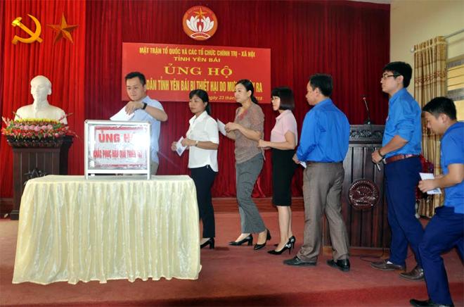 Cán bộ Ủy ban MTTQ và các tổ chức chính trị - xã hội tỉnh ủng hộ người dân vùng bị thiên tai.