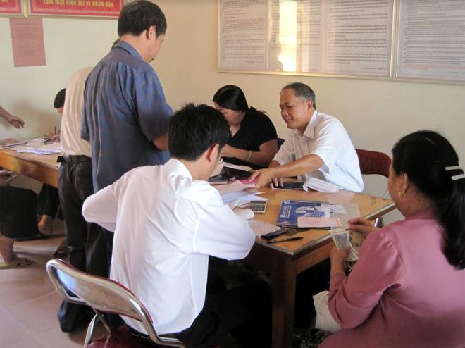 Người dân đến nộp tiền thuế sử dụng đất phi nông nghiệp tại Chi cục Thuế Nghĩa Văn.