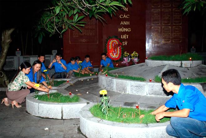 Tuổi trẻ thị xã Nghĩa Lộ thắp nến tri ân các anh hùng liệt lỹ.