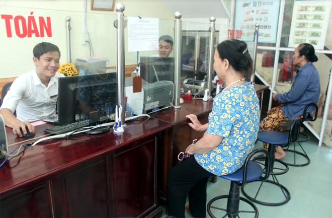 Người dân đến giao dịch tại Quỹ tín dụng nhân dân phường Nguyễn Phúc, thành phố Yên Bái.