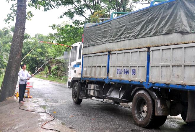 Chốt kiểm dịch tại Km 15, đường Nghĩa Lộ - Trạm Tấu hoạt động 24/24 giờ thực hiện kiểm soát theo quy định của Nhà nước.