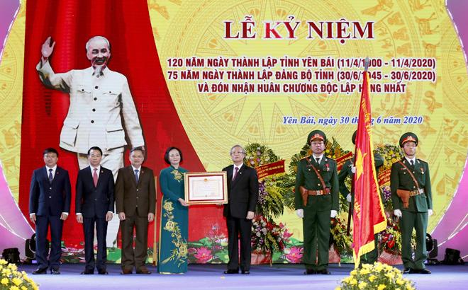 Thay mặt lãnh đạo Đảng, Nhà nước, đồng chí Trần Quốc Vượng - Ủy viên Bộ Chính trị, Thường trực Ban Bí thư trao Huân chương Độc lập hạng Nhất của Chủ tịch nước cho Đảng bộ, chính quyền và nhân dân tỉnh Yên  Bái
