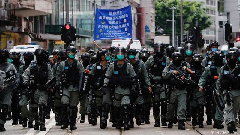 Cảnh sát được triển khai trên đường phố Hong Kong.