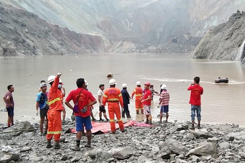 Đội cứu hộ có mặt tại hiện trường xảy ra vụ sạt lở.
