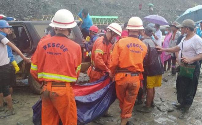 ực lượng cứu hộ đưa thi thể ra khởi nơi xảy ra lở đất ở bangKachin, Myanmar ngày 2-7. Ảnh: REUTERS